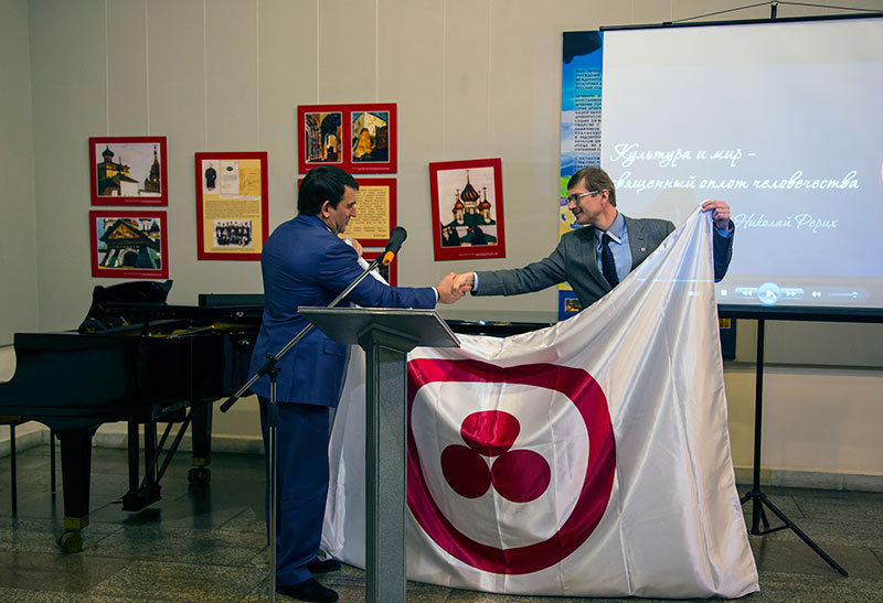 Вручение Знамени Мира мэру Новокузнецка