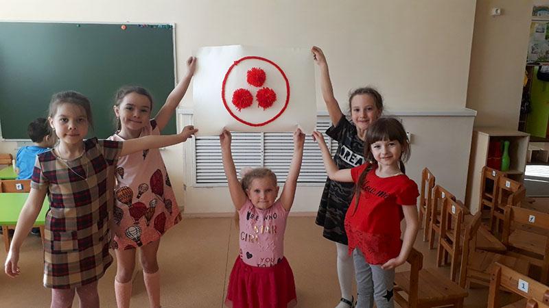 Коллективная работа «Знамя Мира красной нитью»
