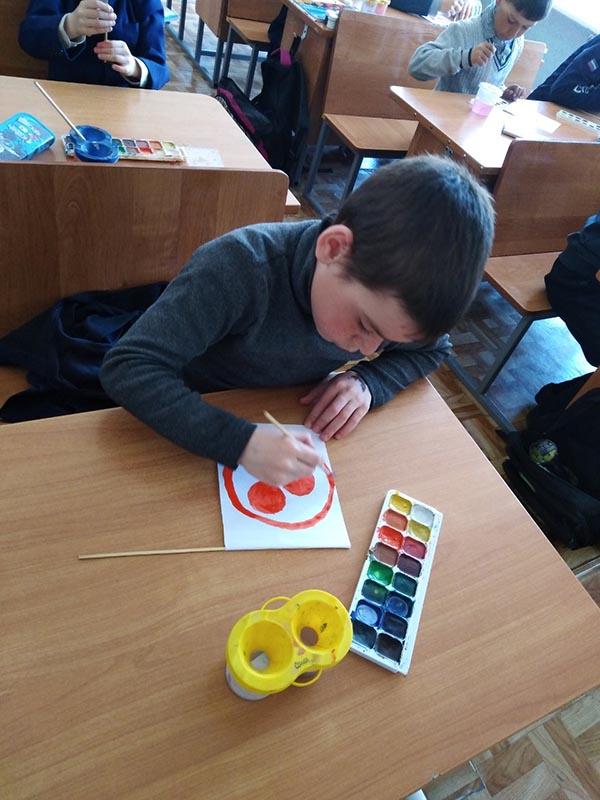 Учащиеся 1 класса. Рисование Знамени Мира