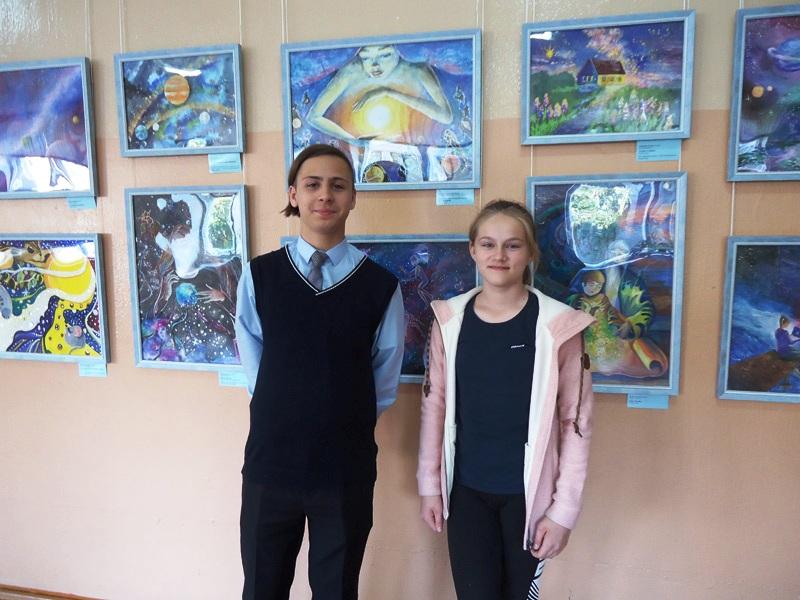 Ученики 9 класса Максим и Ксения – активные помощники в работе по развёртыванию выставки в школе № 42