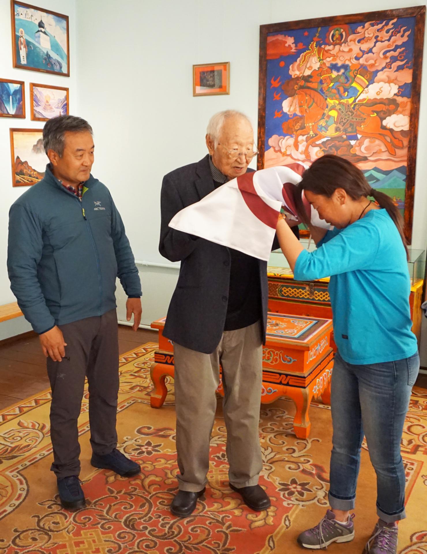 Вручение Знамени Мира монгольским альпинистам
