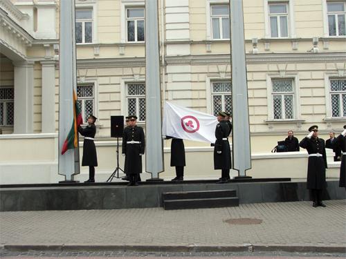 15 апреля 2009 г. в 10 час. утра торжественно подняты государственный флаг Литвы и Знамя Мира у здания Министерства обороны Литвы.