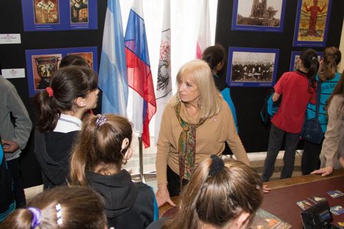 Президент НПО «Тысяча Тысячелетий Мира» Инес Паломеке рассказывает школьникам о Пакте Рериха