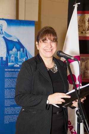 Представитель Церемониала и протокола законодательного собрания Буэнос-Айреса открывает выставку