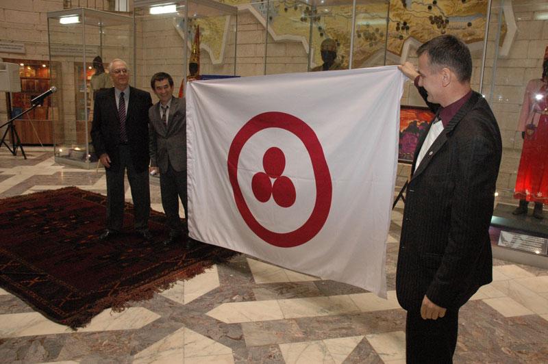 М.А. Конаровский и А.А. Лебеденко  вручили «Знамя Мира»  Центральному государственному музею РК