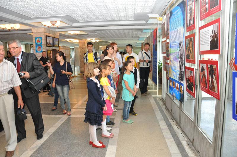 На выставке «Пакт Рериха. История и современность» в Бишкеке