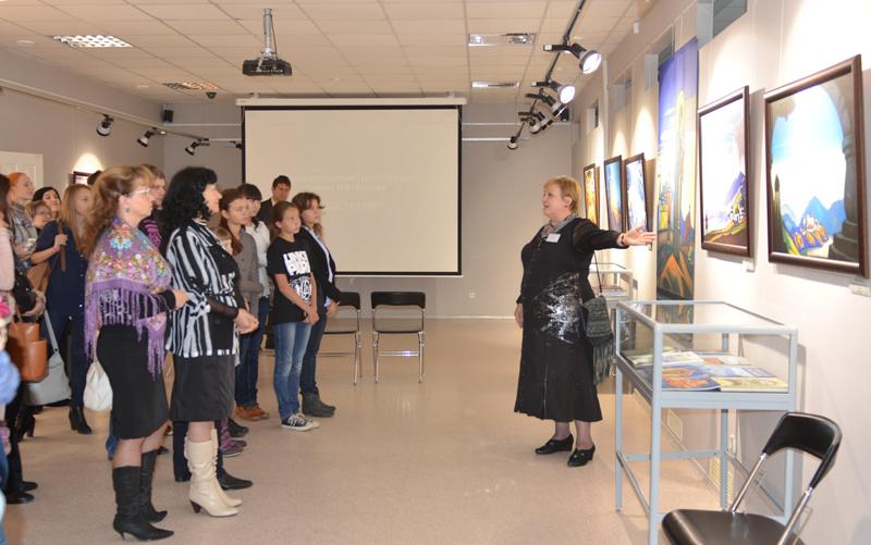 Руководитель мультимедийного портала Международного Центра Рерихов Н.Г. Войченко проводит экскурсию