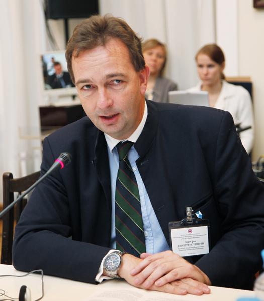 На круглом столе выступает президент Ассоциации Национальных Комитетов Голубого Щита Карл фон Габсбург-Лотринген