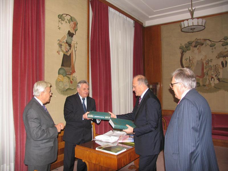 Передача в библиотеку Отделения ООН в Женеве каталога Музея  имени Н.К. Рериха