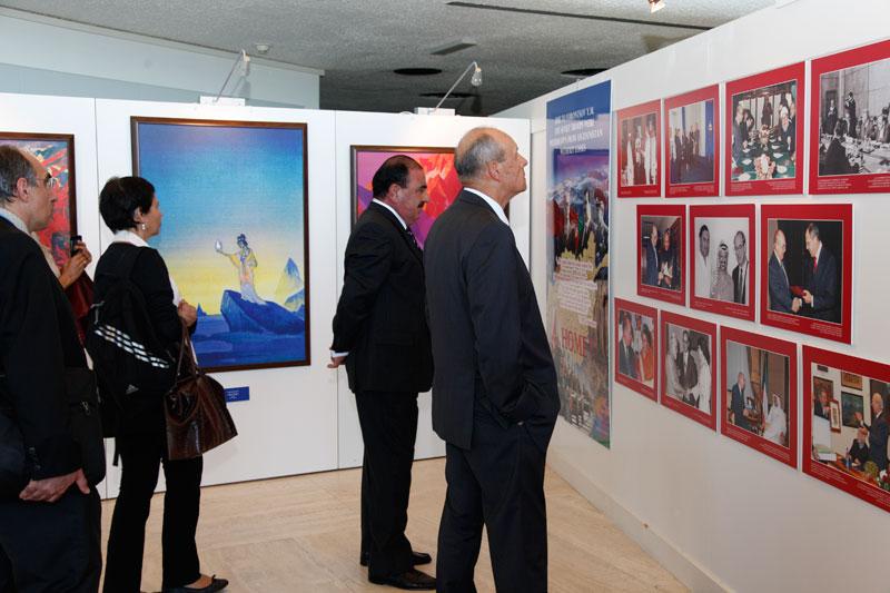 Посетители выставки: Посол России Г.П.Тарасов и начальник службы координации планирования А.Алмоман