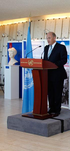 Выступает директор Библиотеки Женевского отделения ООН Д. Чикваидзе
