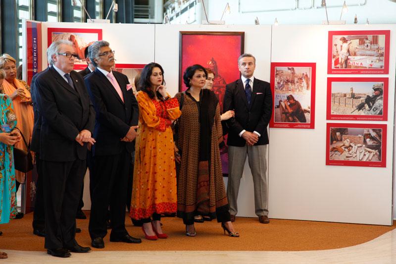 Директор управления конференционного мендеждмента В.В.Грачев и Посол Пакистана Замир Акрам с семьей