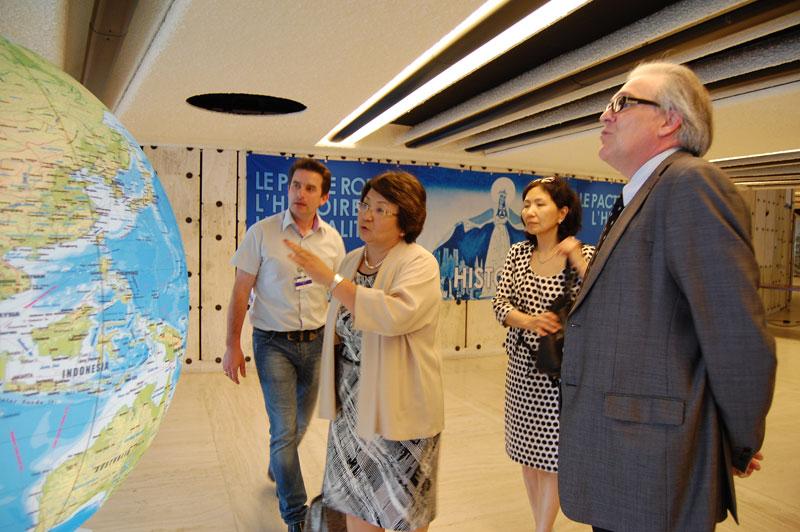 Рядом с Р.Отумбаевой - Постоянный представитель Кыргызстана при ООН и других международных организаций в Женеве Гульнара Искакова
