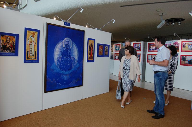 Посещение экс-президентом Кыргызстана Р.И.Отунбаевой выставки, посвященной Пакту Рериха