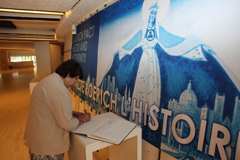Посещение выставки экс-президентом Кыргызстана Р.И.Отунбаевой