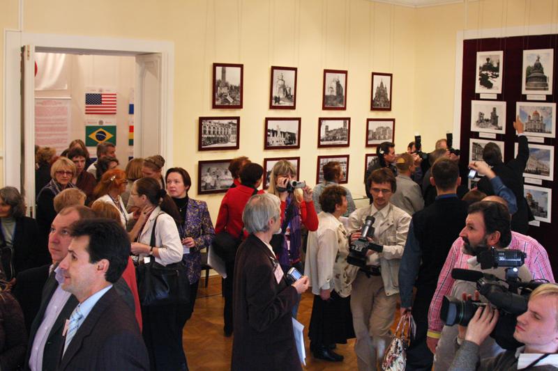 На выставке «75 лет Пакту Рериха»