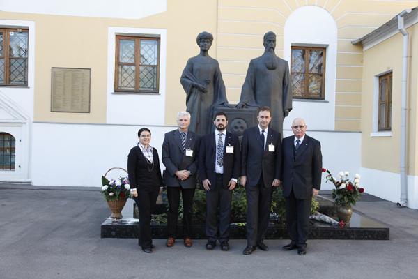 Члены иностранных делегаций на фоне мемориала Рерихов