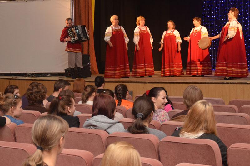 На сцене прославленный Дешовский хор
