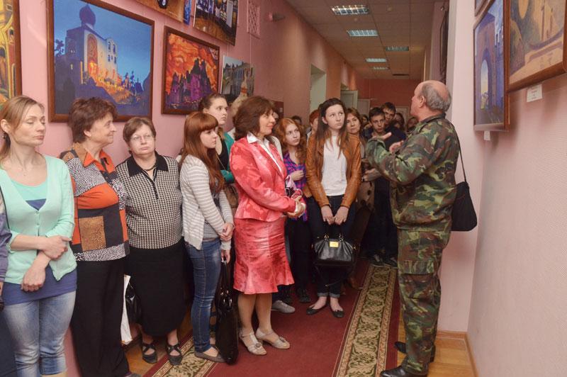 Координатор выставки Торхов М.М. проводит экскурсию со студентами и преподавателями медицинского колледжа г. Калуги