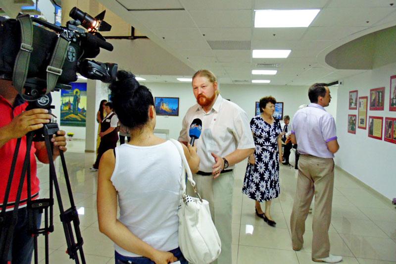 Референт Отдела выставок МЦР Д.Ю. Ревякин дает интервью