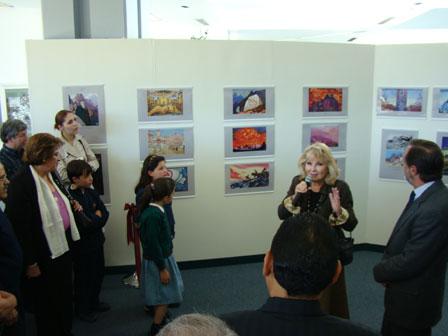 Экскурсию по выставке истории Пакта Рериха ведет Алисия Родригес