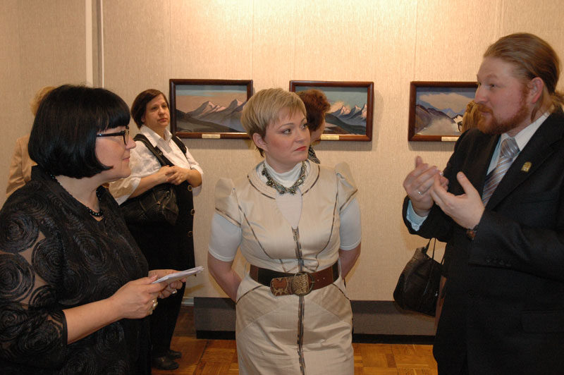 Губернатор Мурманской области М.В. Ковтун на выставке картин Н.К. Рериха