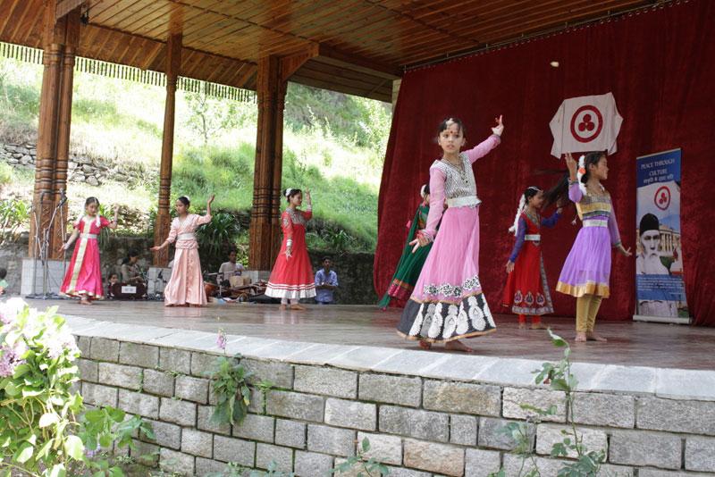 Танцуют студенты детской Академии искусств