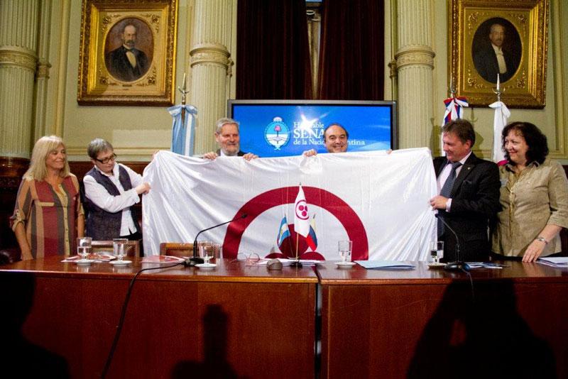 Президент Международного Центра Рериха А.В. Постников передает Знамя Мира Сенатору Самуэлю Кабанчику для Национального Конгресса  Аргентины