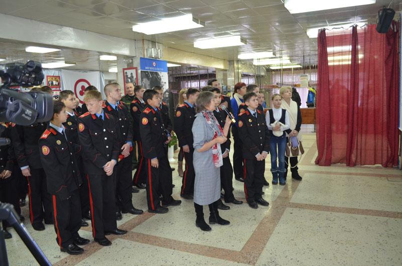 Сотрудник Бердского Рериховского общества Михайлова Любовь Леонидовна проводит экскурсию для гостей выставки
