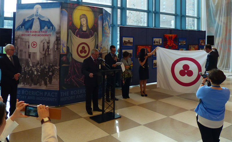 Торжественное вручение в дар ООН Знамени Мира, отличительного флага Пакта Рериха