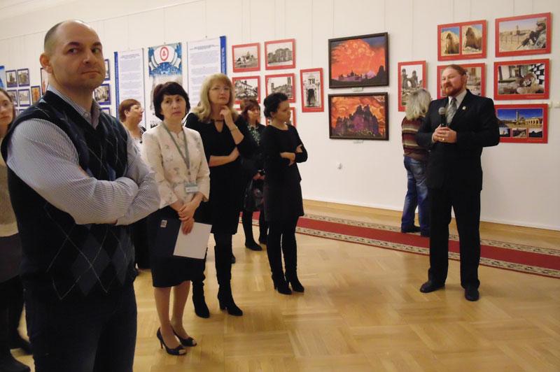 Д.Ю. Ревякин проводит для гостей выставки и сотрудников музея экскурсию по экспозиции
