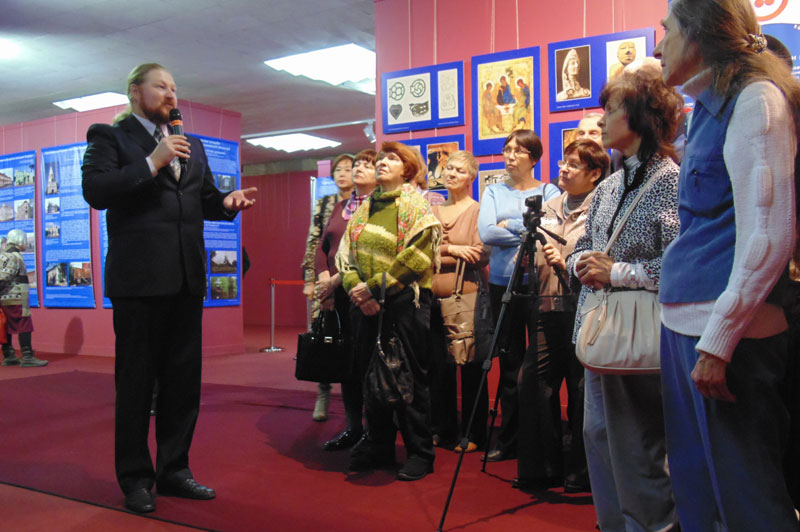 Экскурсию по выставке проводит Д.Ю. Ревякин