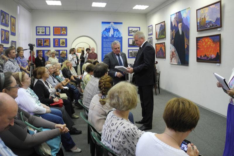 Вручение каталога выставки О.Ю.Веселкову