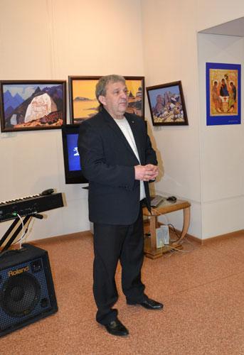 Директор культурно-выставочного центра «Вернисаж»  Олег Дмитриевич Комаров