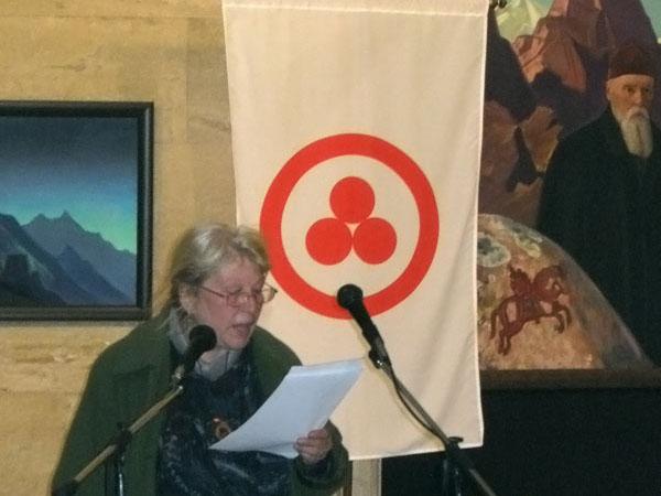 Ольга Арсова, заместитель директора Национальной галереи зарубежного искусства, открывает Торжественное чествование, посвященное Пакту Рериха