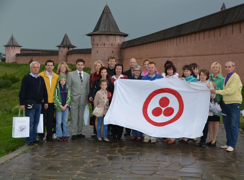 Участники открытия выставки «Пакт Рериха. История и современность» у стен Спасо-Евфимиева монастыря