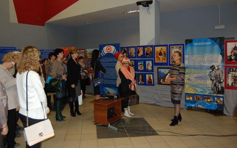 кскурсию по выставке проводит Т.А. Иванова