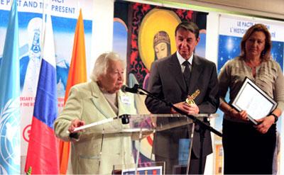 Министр культуры Российской Федерации А.А.Авдеев вручает награду Л.В.Шапошниковой