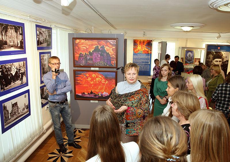 Заместитель генерального директора Музея им. Н.К.Рериха Черкашина Н.Н. проводит первую экскурсию