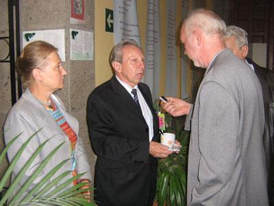 Корреспондент Агентства «РИА Новости» берет интервью у членов делегации МЦР