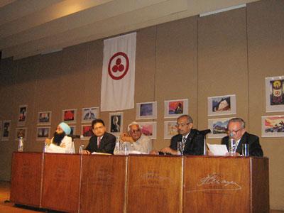 Г.Л.Жижин представляет фотовыставку «75 лет Пакту Рериха» на рабочем семинаре «Отказ от применения ядерного оружия через этику ненасилия»