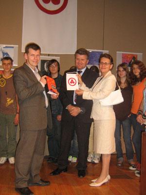 Вручение вымпела и сборника «Знамя Мира» преподавателям и ученикам школы при посольстве РФ в Мексике