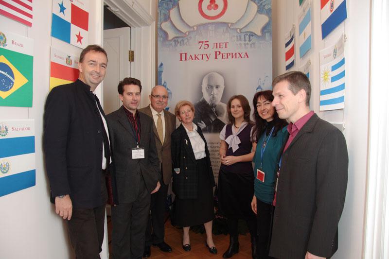 Члены австрийской делегации и сотрудники МЦР на выставке «75 лет Пакту Рериха»