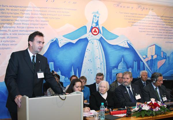 С приветственным словом выступает президент Ассоциации Национальных Комитетов Голубого Щита Карл фон Габсбург-Лотринген