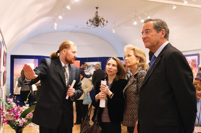 Д.Ю.Ревякин представляет посетителям выставку «Гибнущая коллекция»