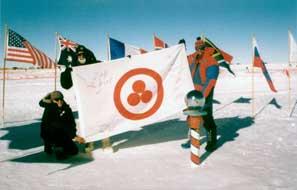 В.Чуков (Россий), В.Драбо (Беларусь) и сотрудник американской полярной станции «Амундсен-Скот» со Знаменем Мира на Южном Полюсе. 8 января 2000 г.